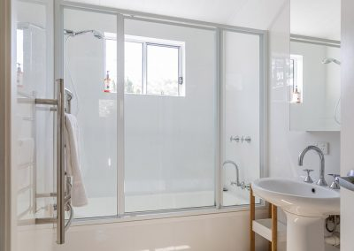 Surfside Cabin (sleeps 6) bathroom with bath